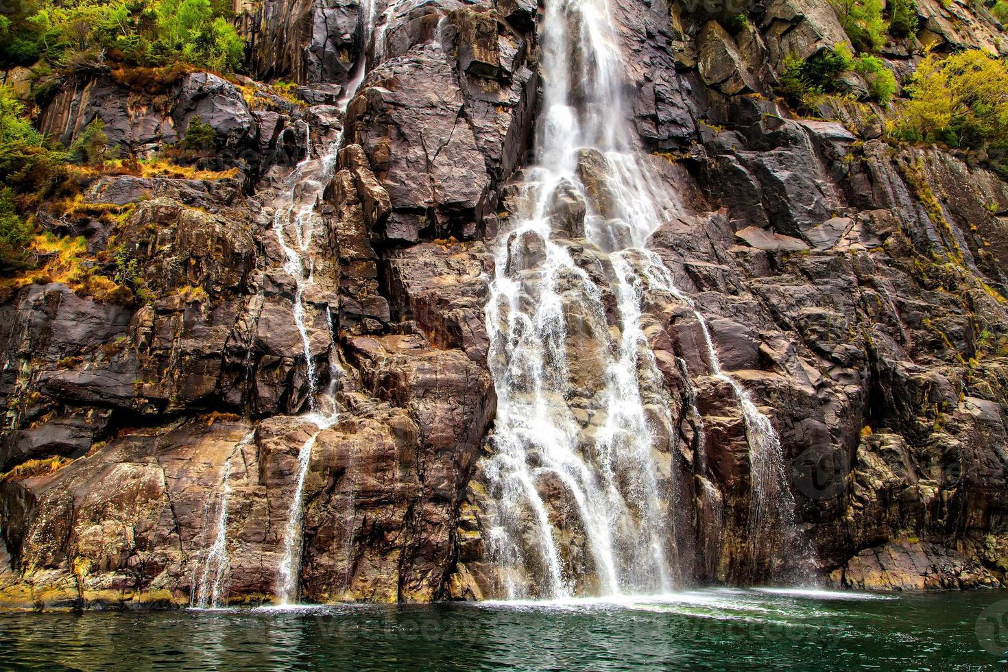 gesneden oppervlakte rotsen en waterval, noorwegen foto