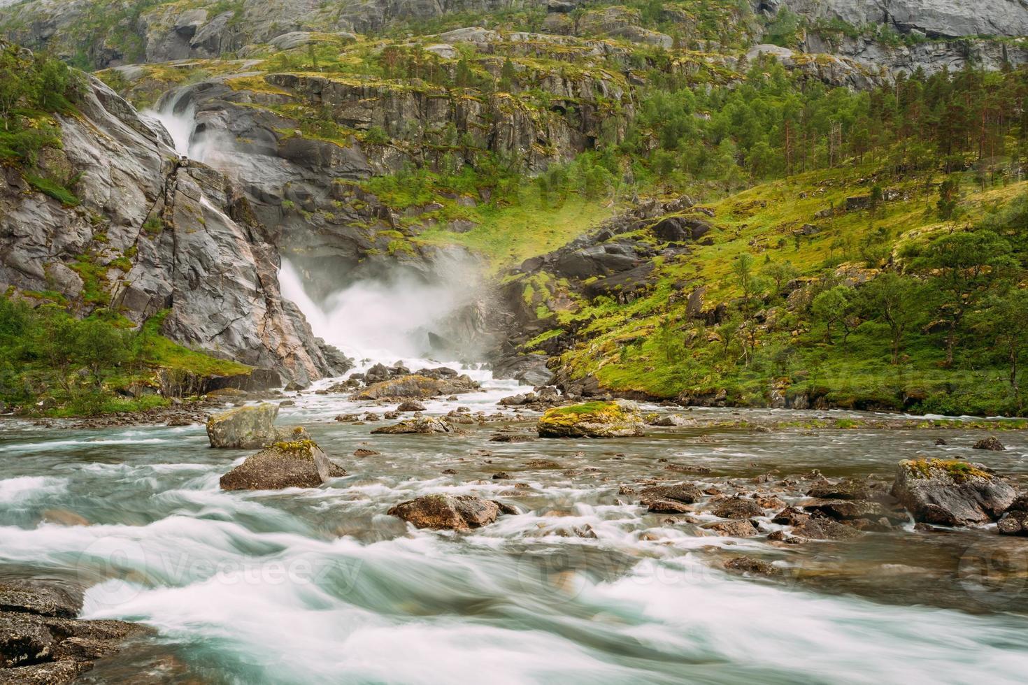 prachtige waterval in de vallei van watervallen in noorwegen foto