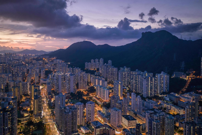 luchtfoto van stadsgebouwen tijdens de nacht foto