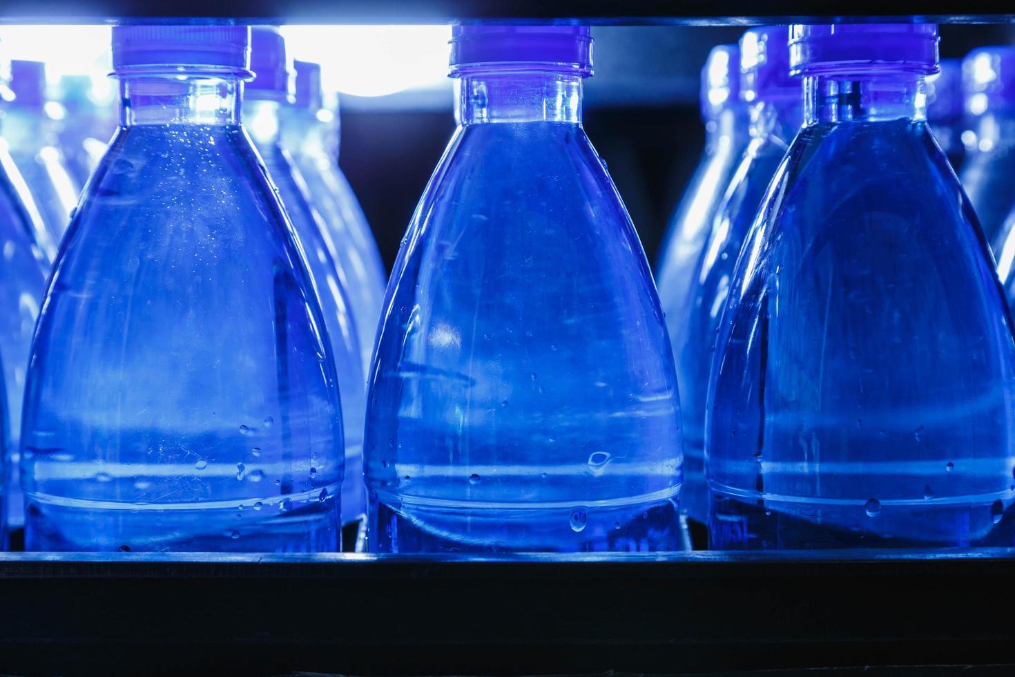 blauwe flessen water foto