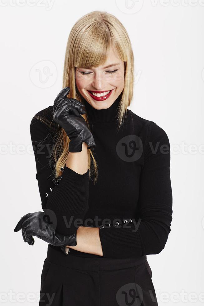 gelukkige jonge vrouw lachen in het zwart foto