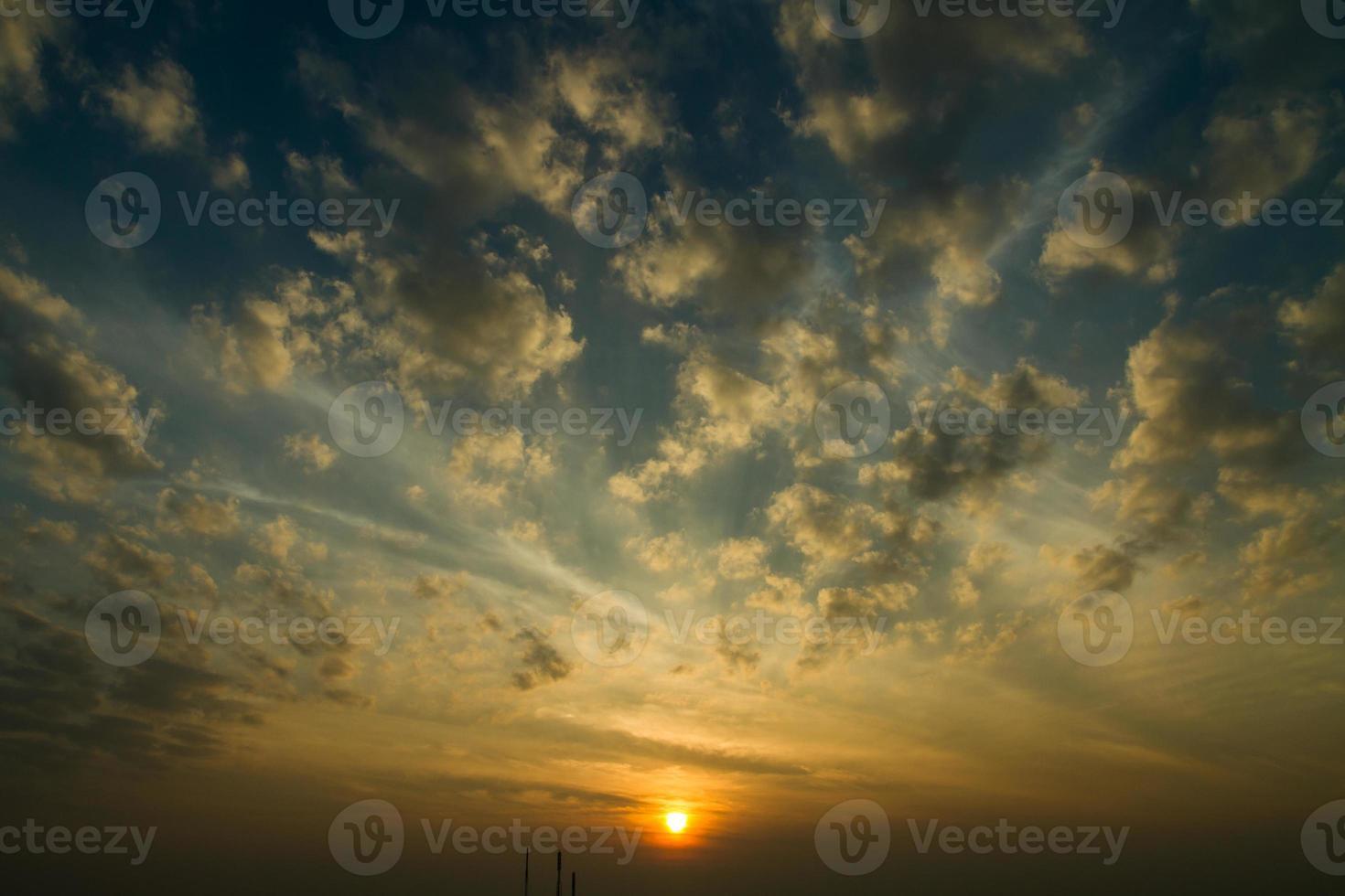 zonsondergang / zonsopgang met wolken foto