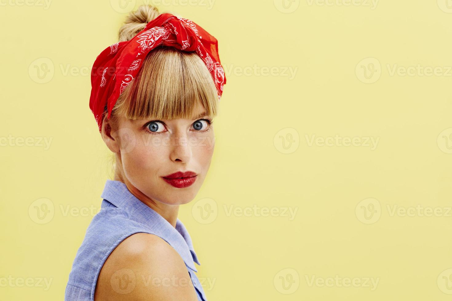 mooie jonge vrouw in retro kleding foto