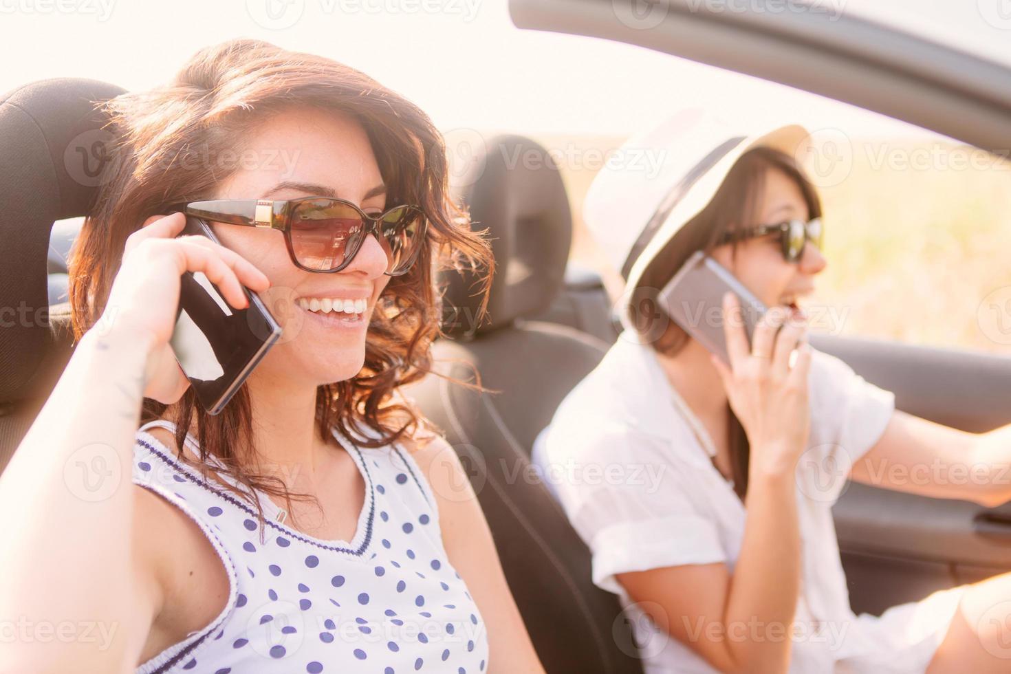 aan de telefoon tijdens het rijden foto