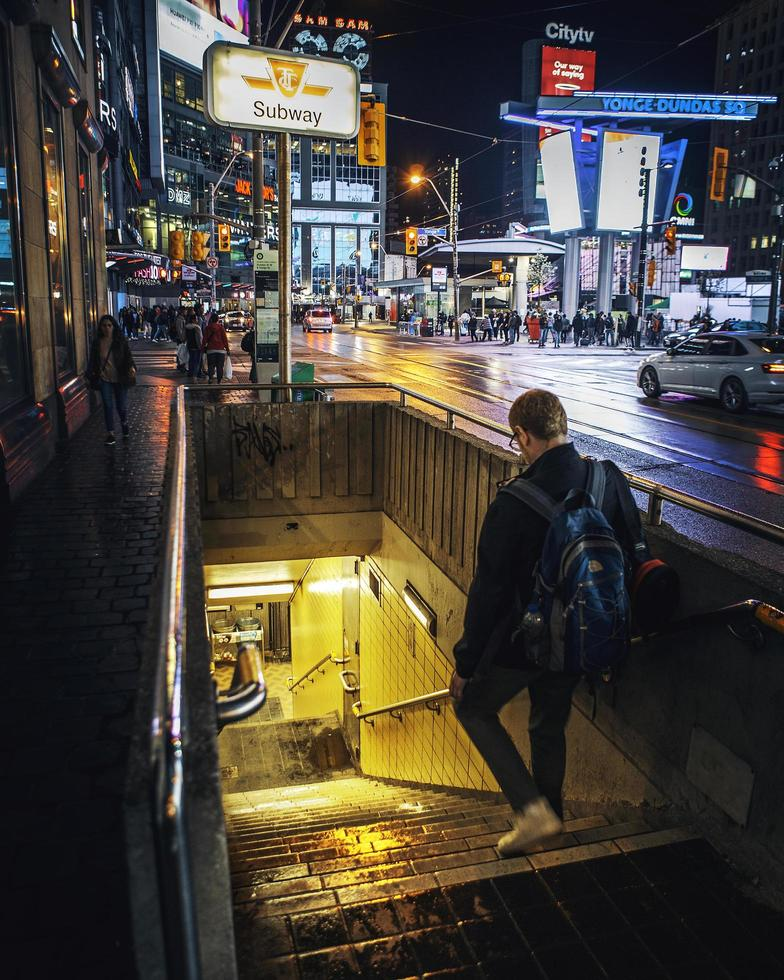 Ontario, Canada 2019 - man die de ingang van de metro binnenloopt. foto