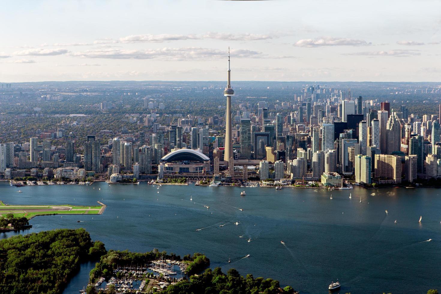 grijze gebouwen in de buurt van waterlichaam in luchtfoto foto