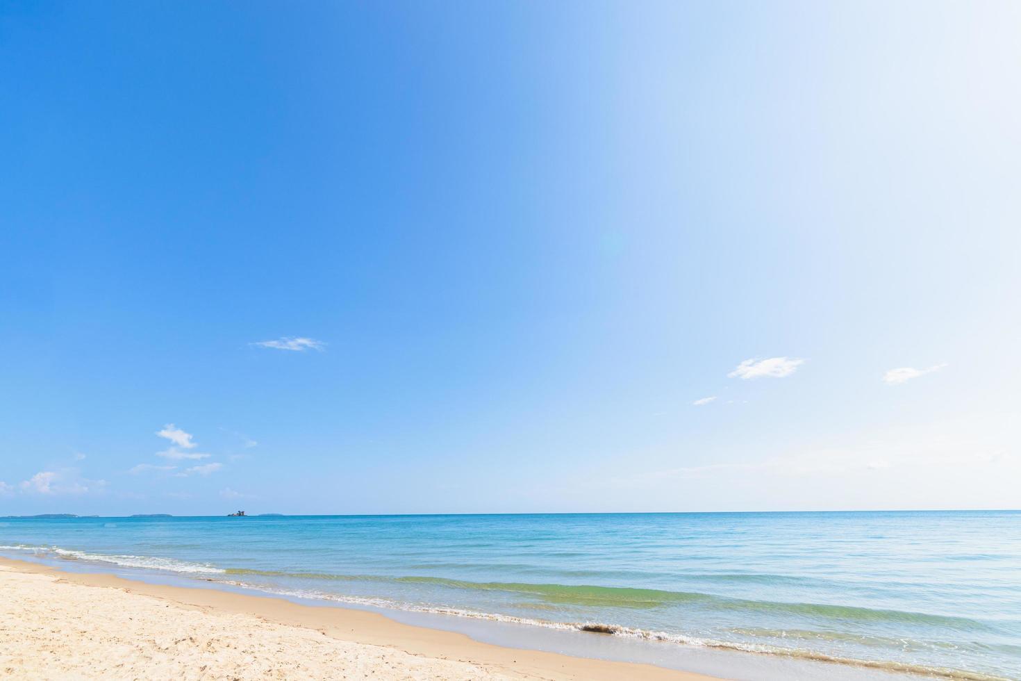 uitzicht op het strand en de heldere hemel gedurende de dag. foto
