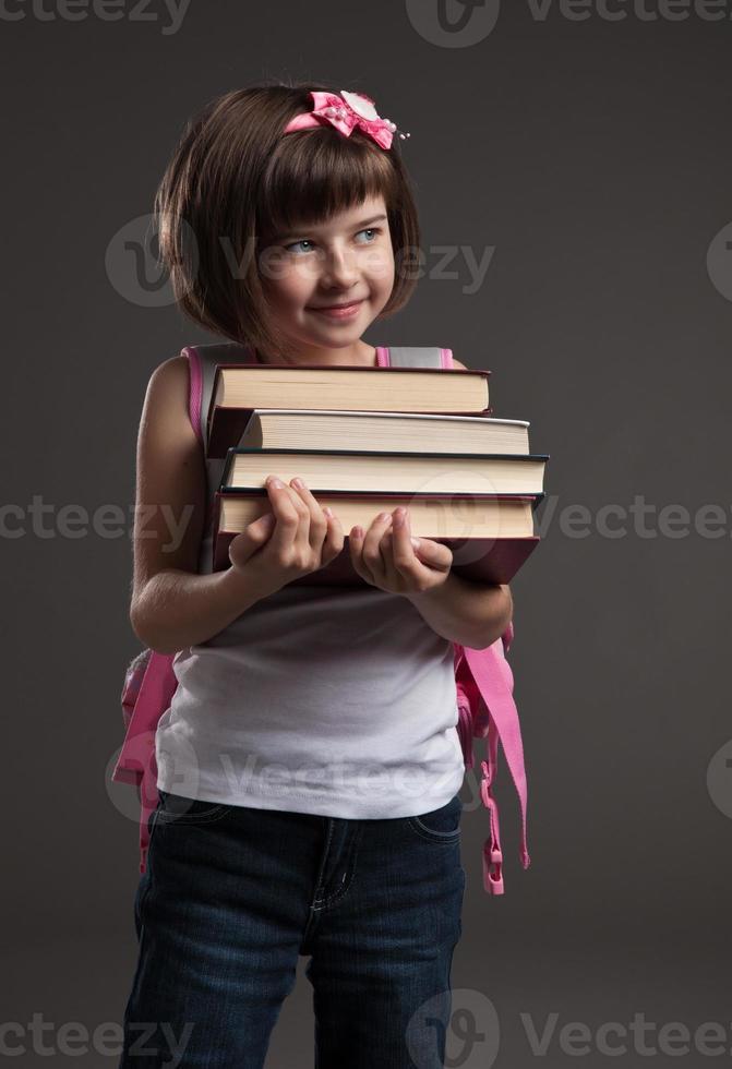 portret van een schattig klein meisje dat naar school gaat foto
