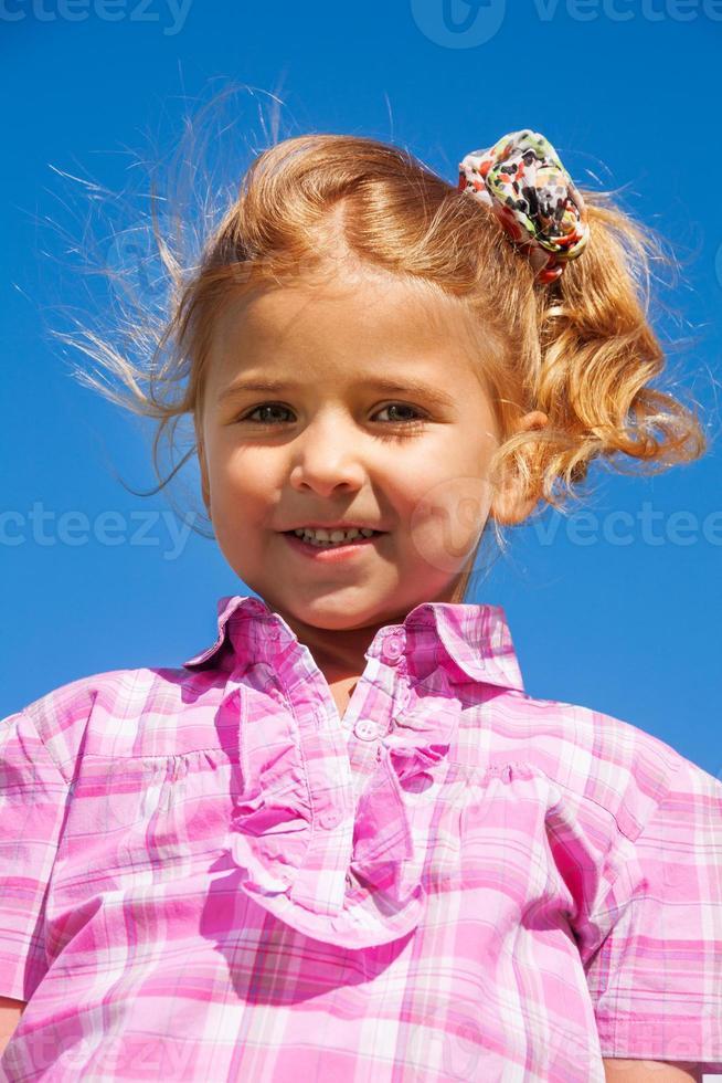 sluit portret van klein meisje in roze foto