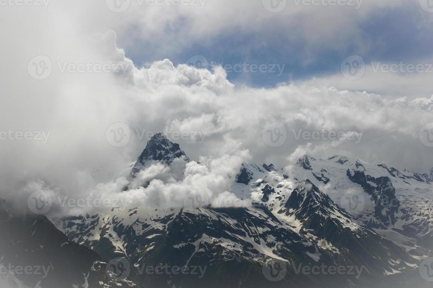 landschap van een hoge berg met wolken op een heldere dag foto