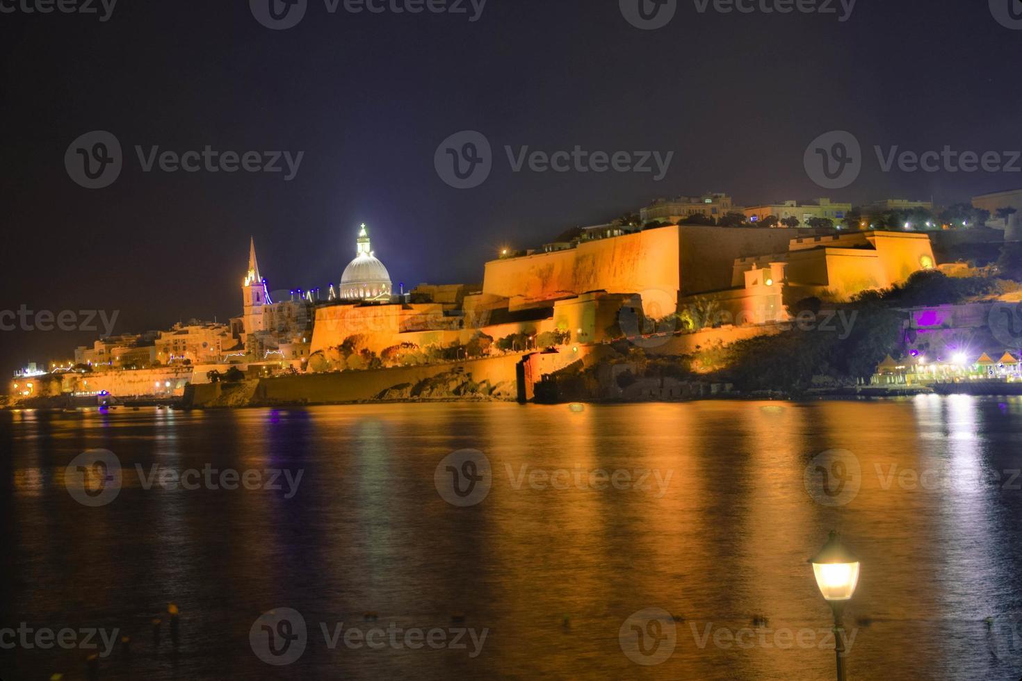 malta-valletta uitzicht 's nachts foto