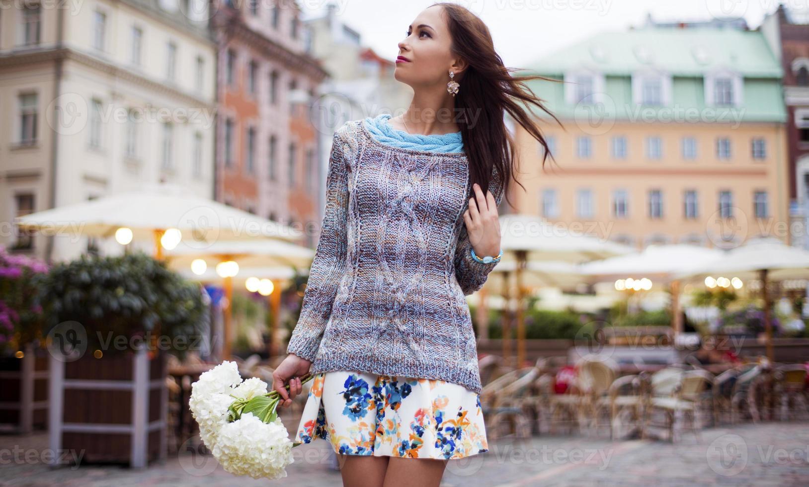 de vrouw met bloemen, loopt door de stad foto