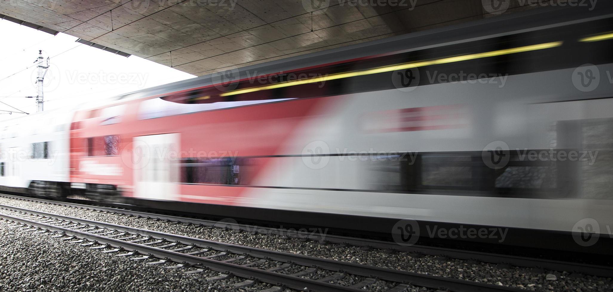 snelle trein passeert onder de brug door foto