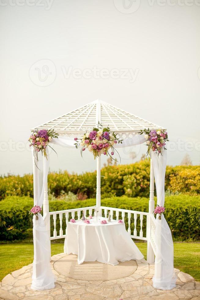 huwelijksceremonie veranderen onder tuinhuisje foto
