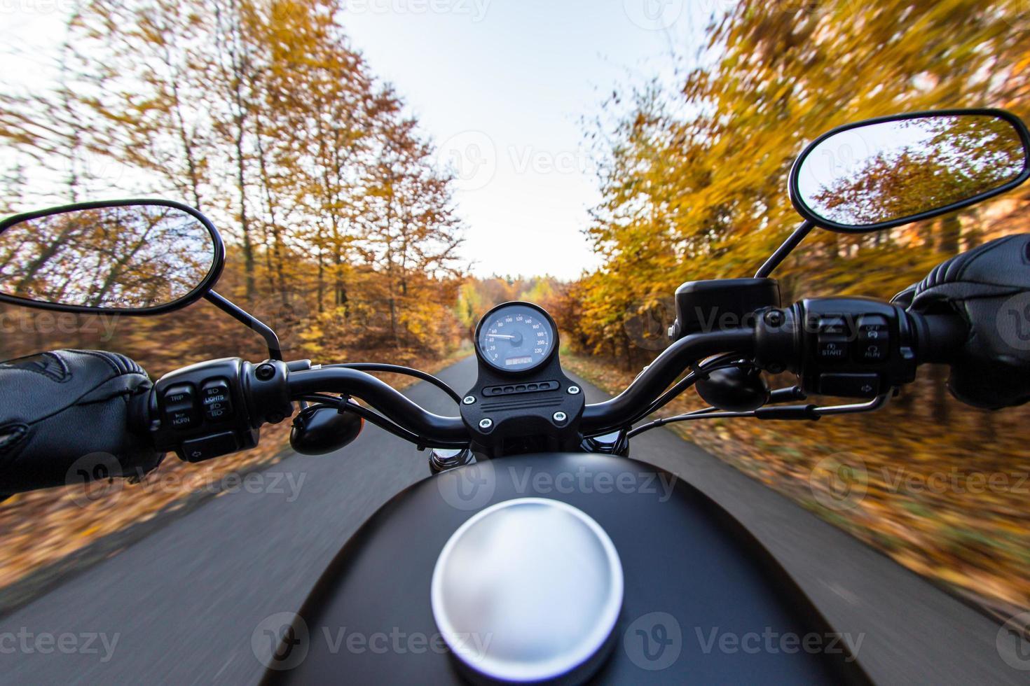 het uitzicht over het stuur van de motorfiets foto