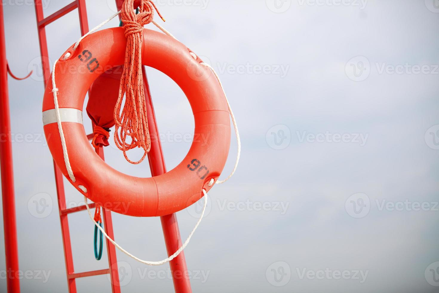 badmeester strand reddingsuitrusting oranje reddingsboei foto