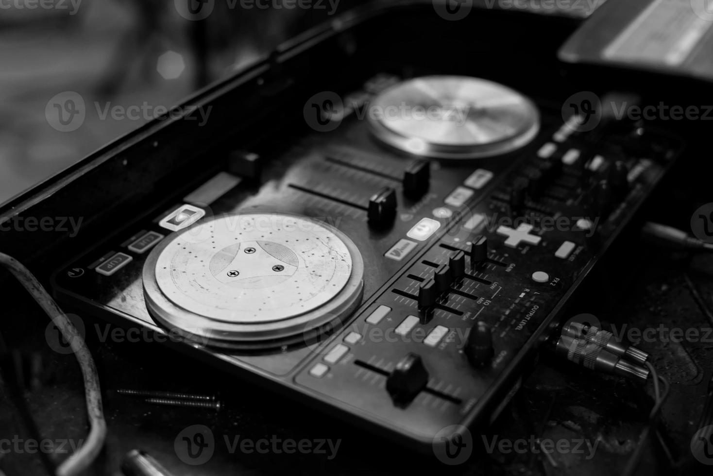 afbeelding zwart-wit van draaitafel in disco party nightclub foto