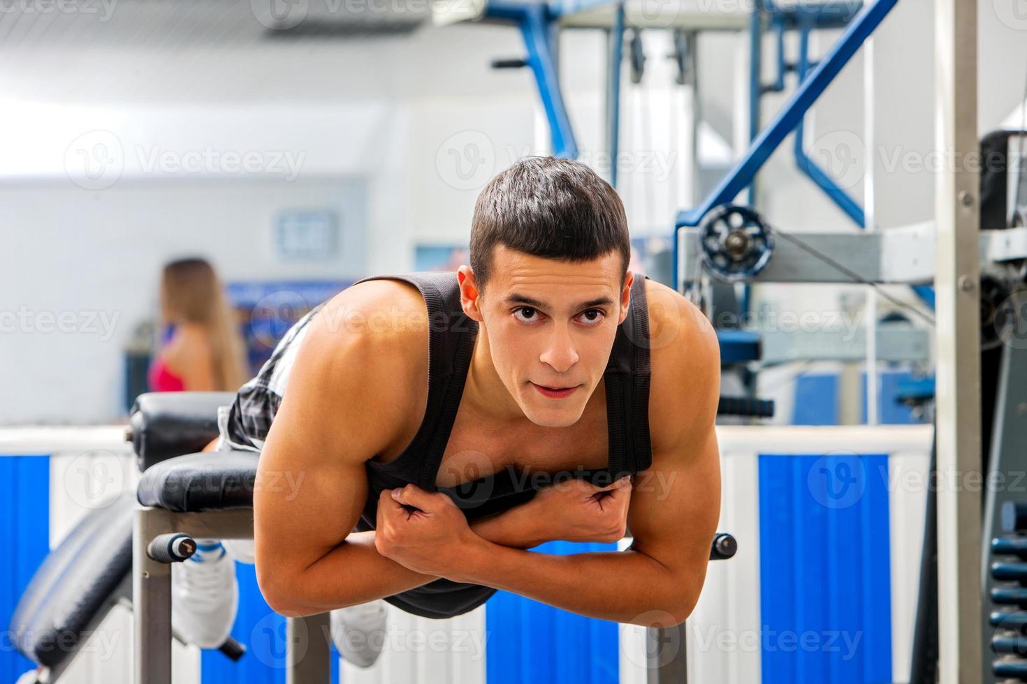 man werkt zijn rug op hyperextensie bank foto