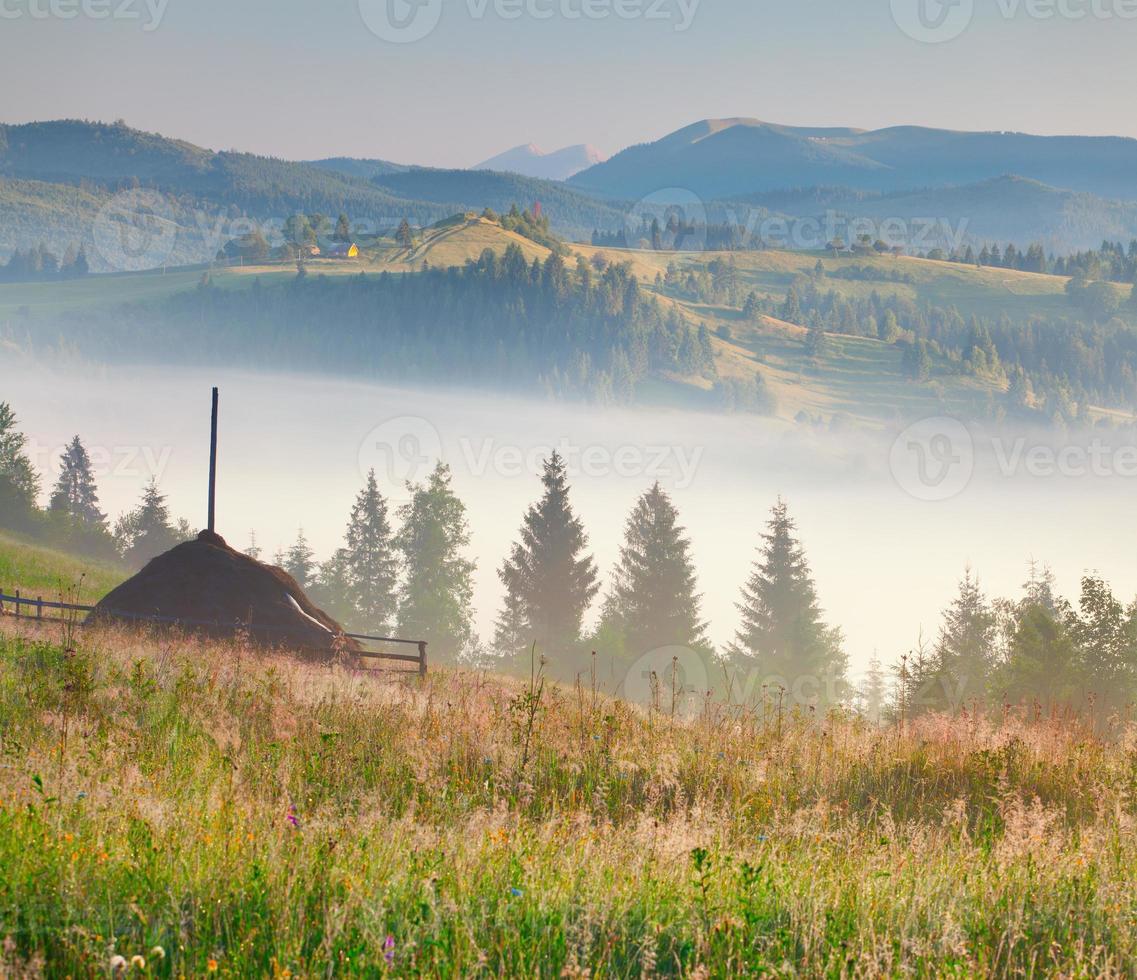 mistige ochtend in het bergdorp foto