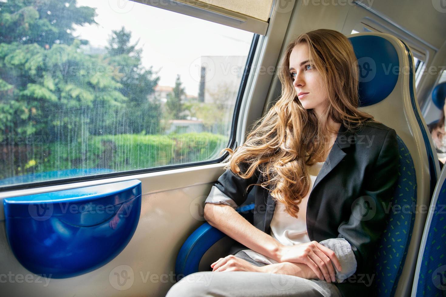vrouw reist met de trein foto