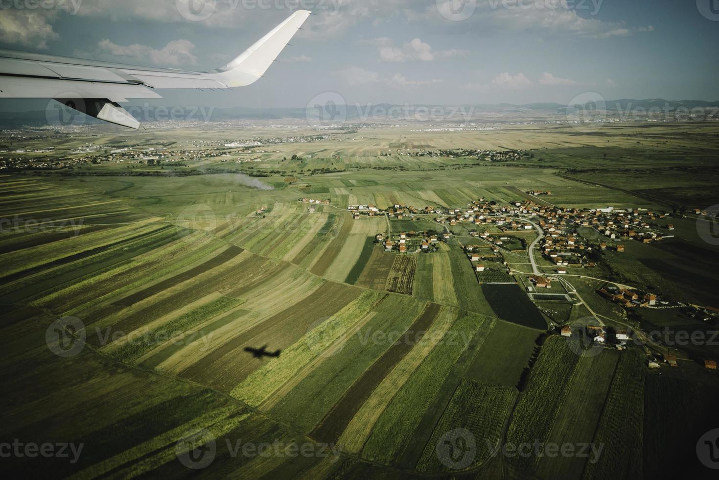vleugelvliegtuigen en uitzicht vanuit het raam foto