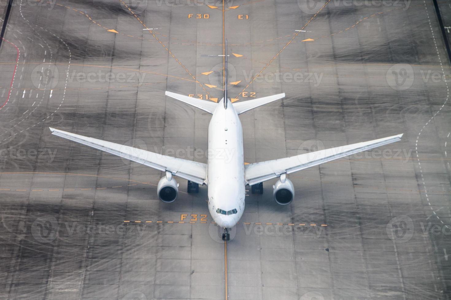 vliegtuig op een landingsbaan. foto