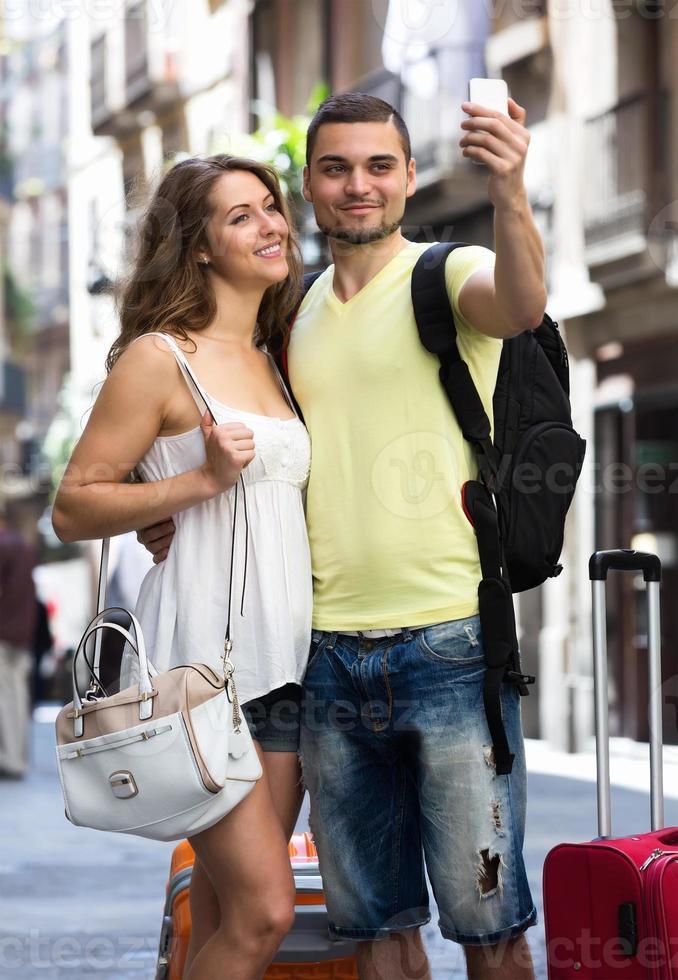 koppel met bagage selfie te doen foto