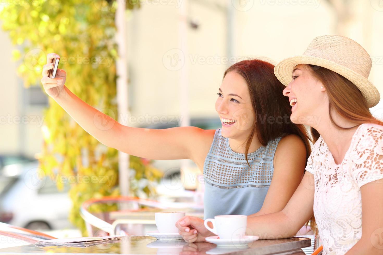 toeristenvrienden die een selfiefoto met smartphone nemen foto