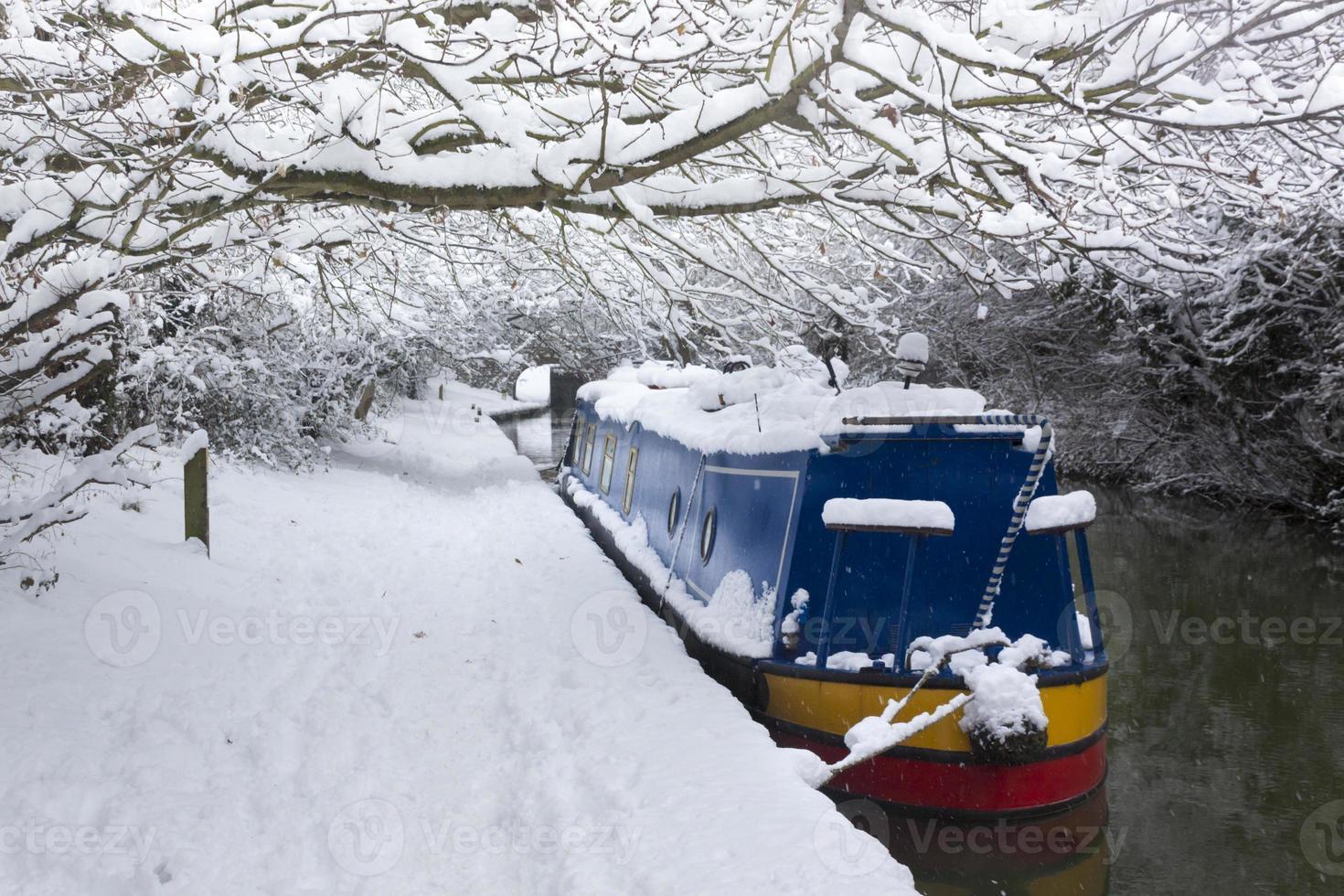 diepe sneeuw lijnen een kanaal in de buurt van oxford foto