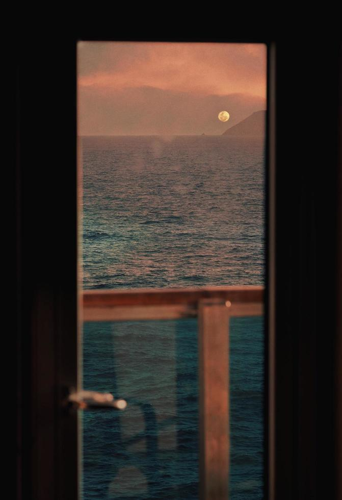 maan boven de oceaan foto