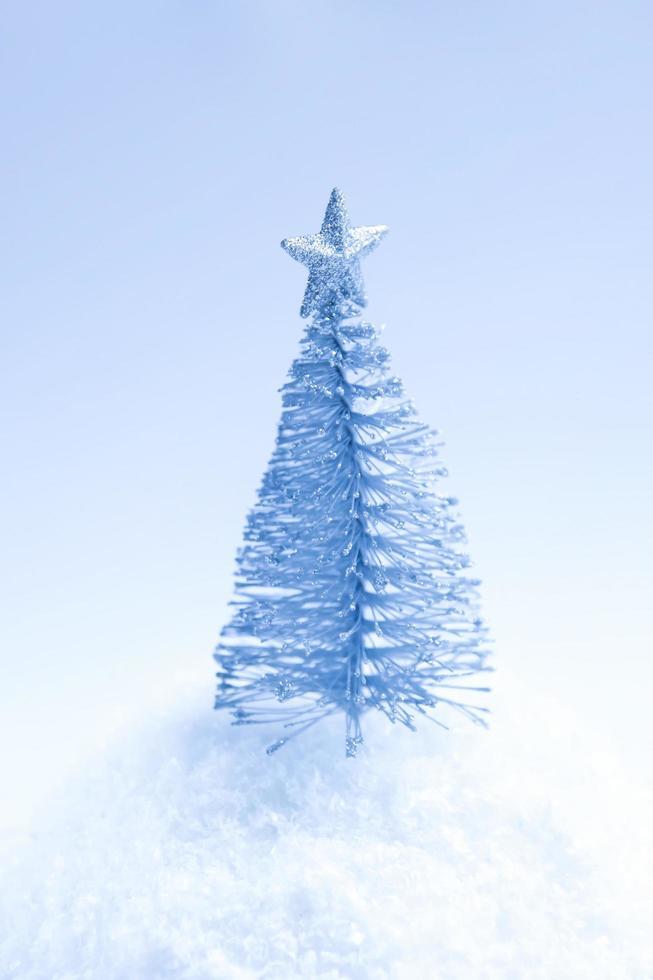 zilveren kerstboom op witte achtergrond foto