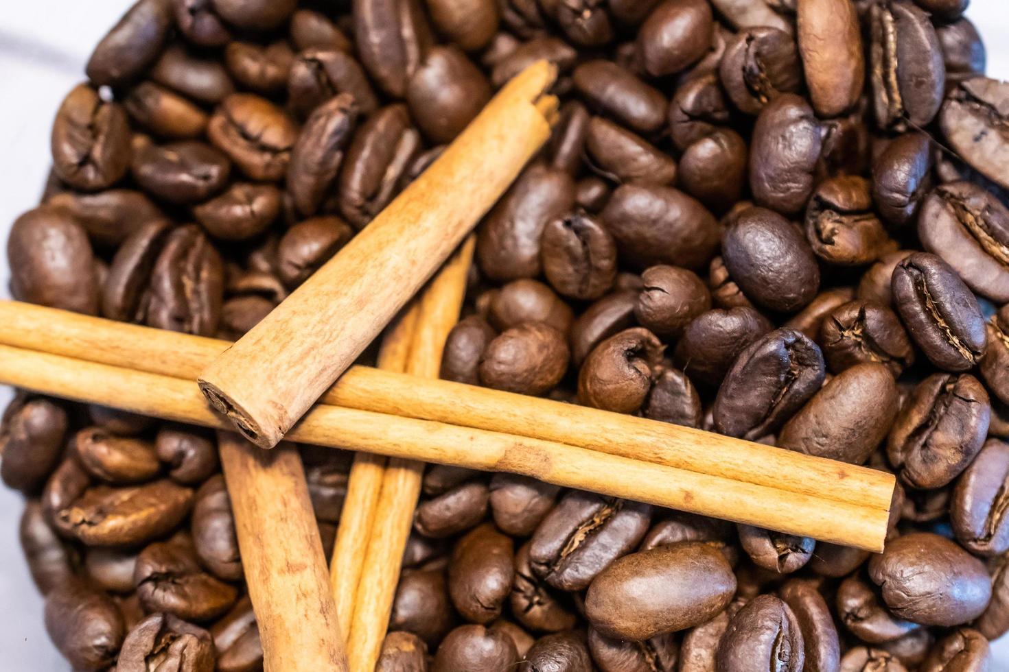 koffiebonen en kaneelstokjes foto