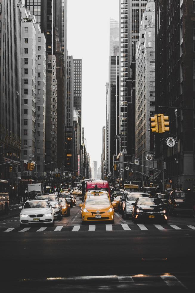New York City, Verenigde Staten, 2020 - Auto's tussen gebouwen foto