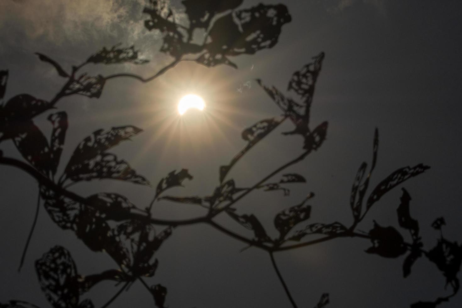 zonsverduistering met wolken foto