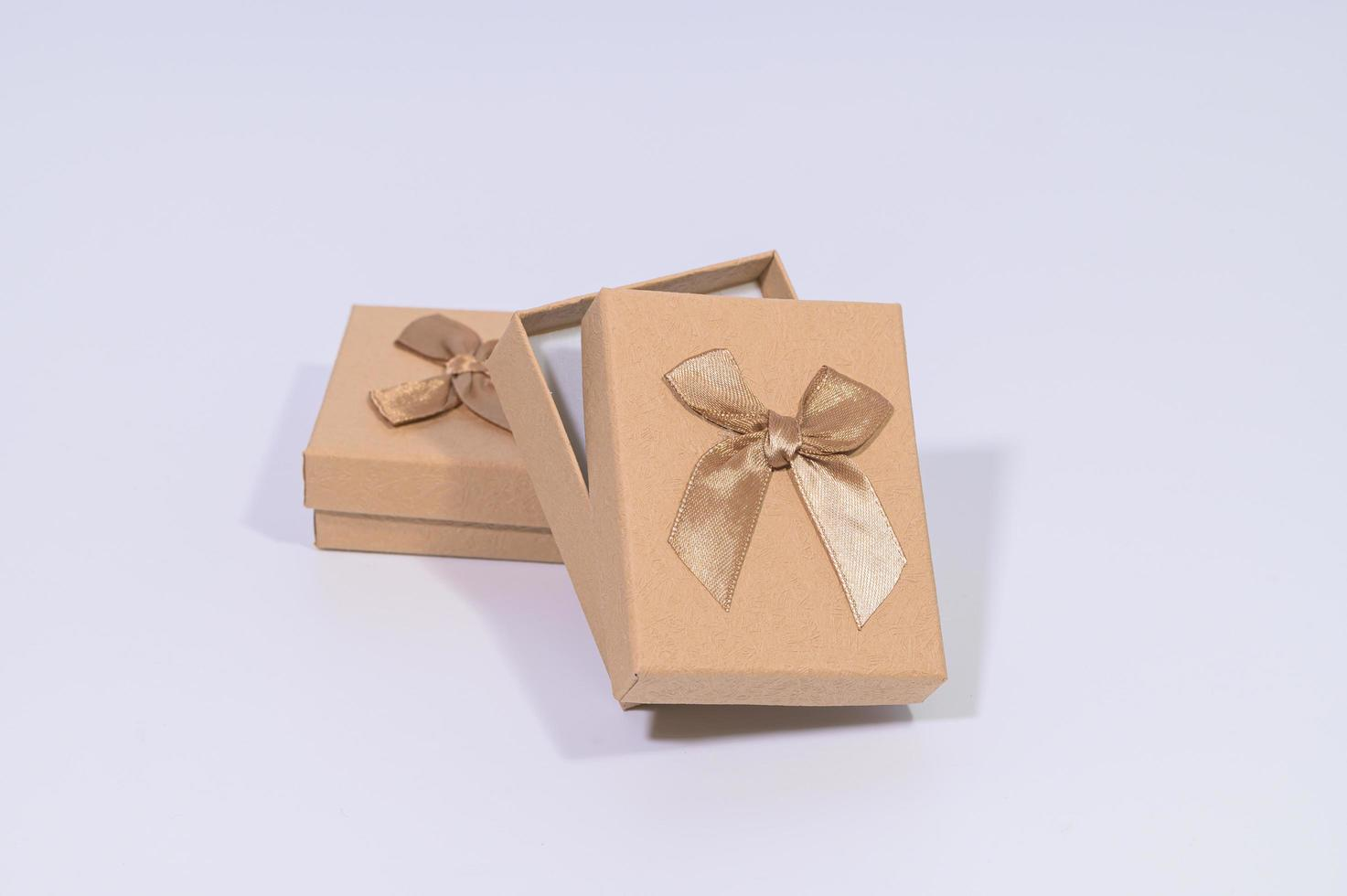 bruine geschenkdozen op witte achtergrond foto