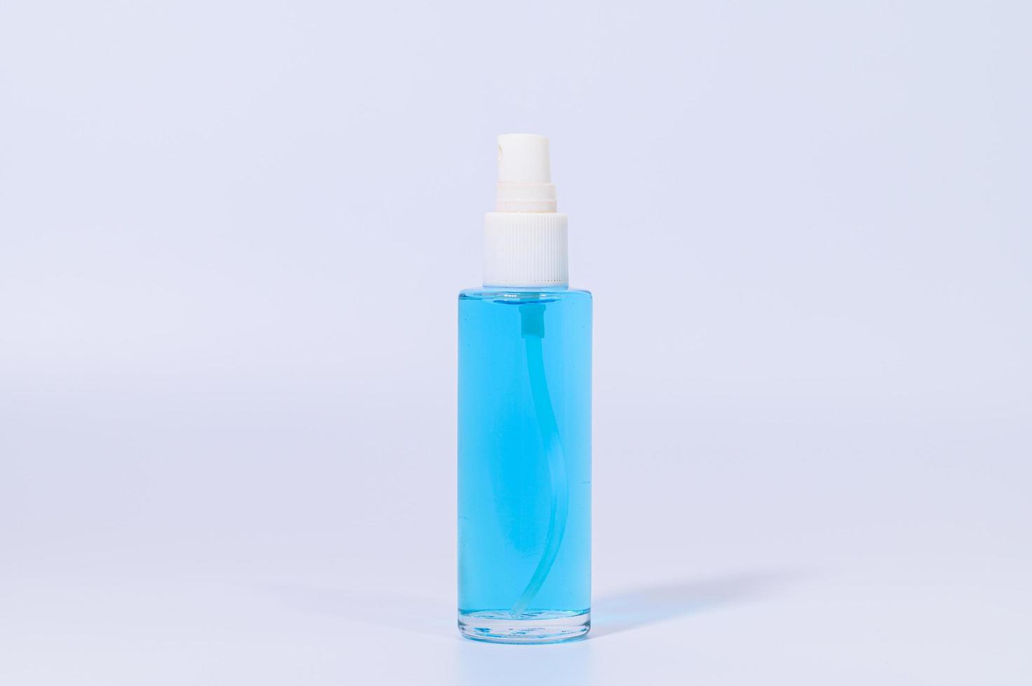 alcoholgel met blauwe vloeistof foto