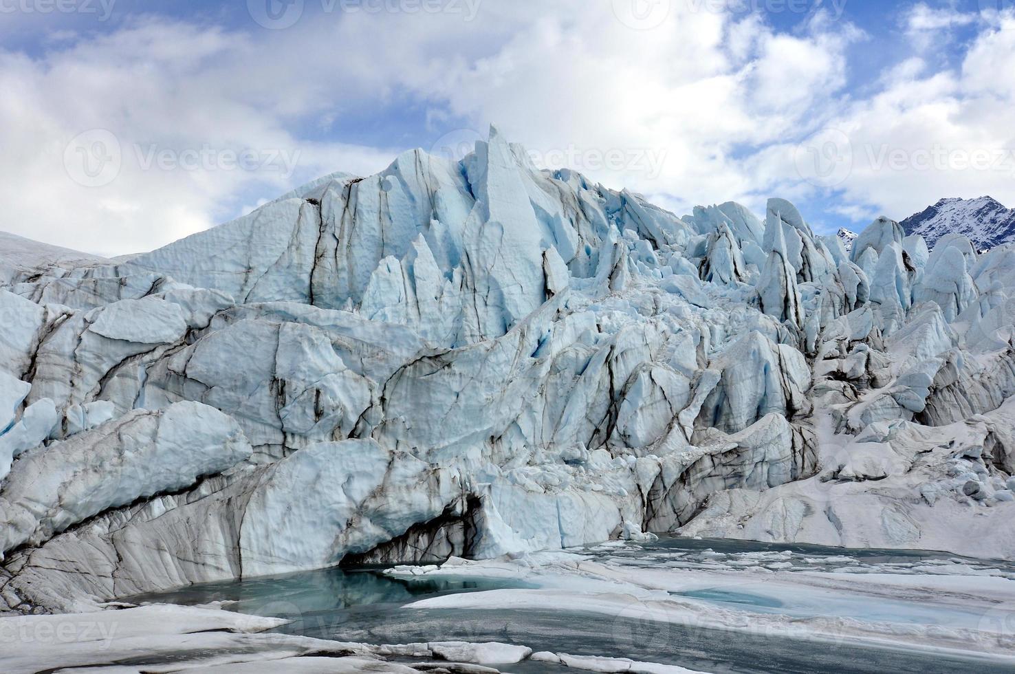 blauw ijs en meer bij een gletsjer foto