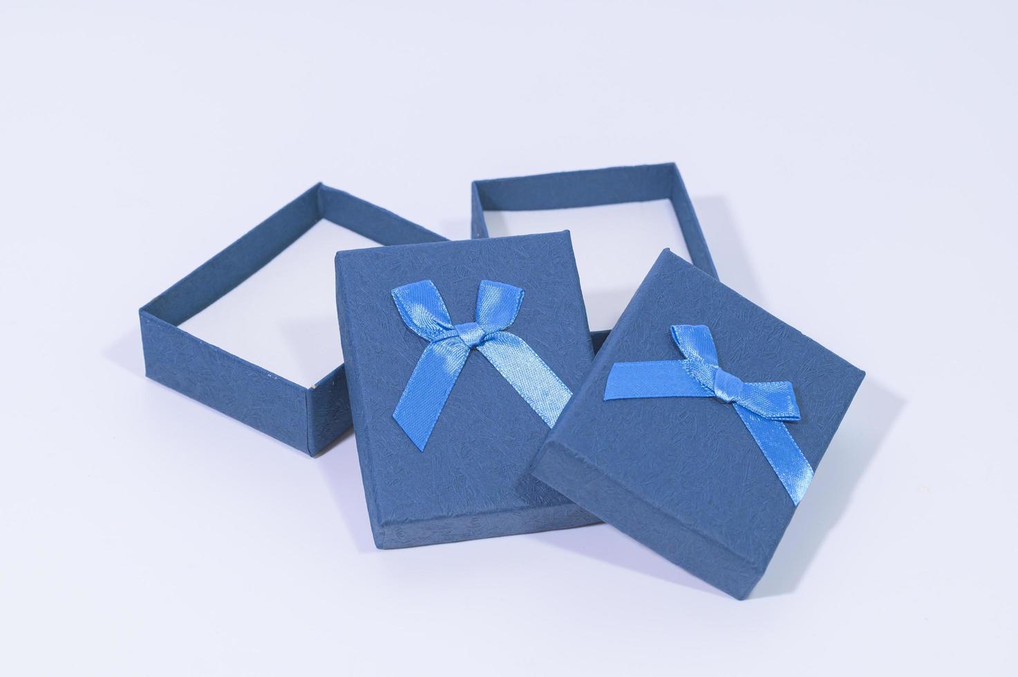 geschenkdozen op witte achtergrond foto
