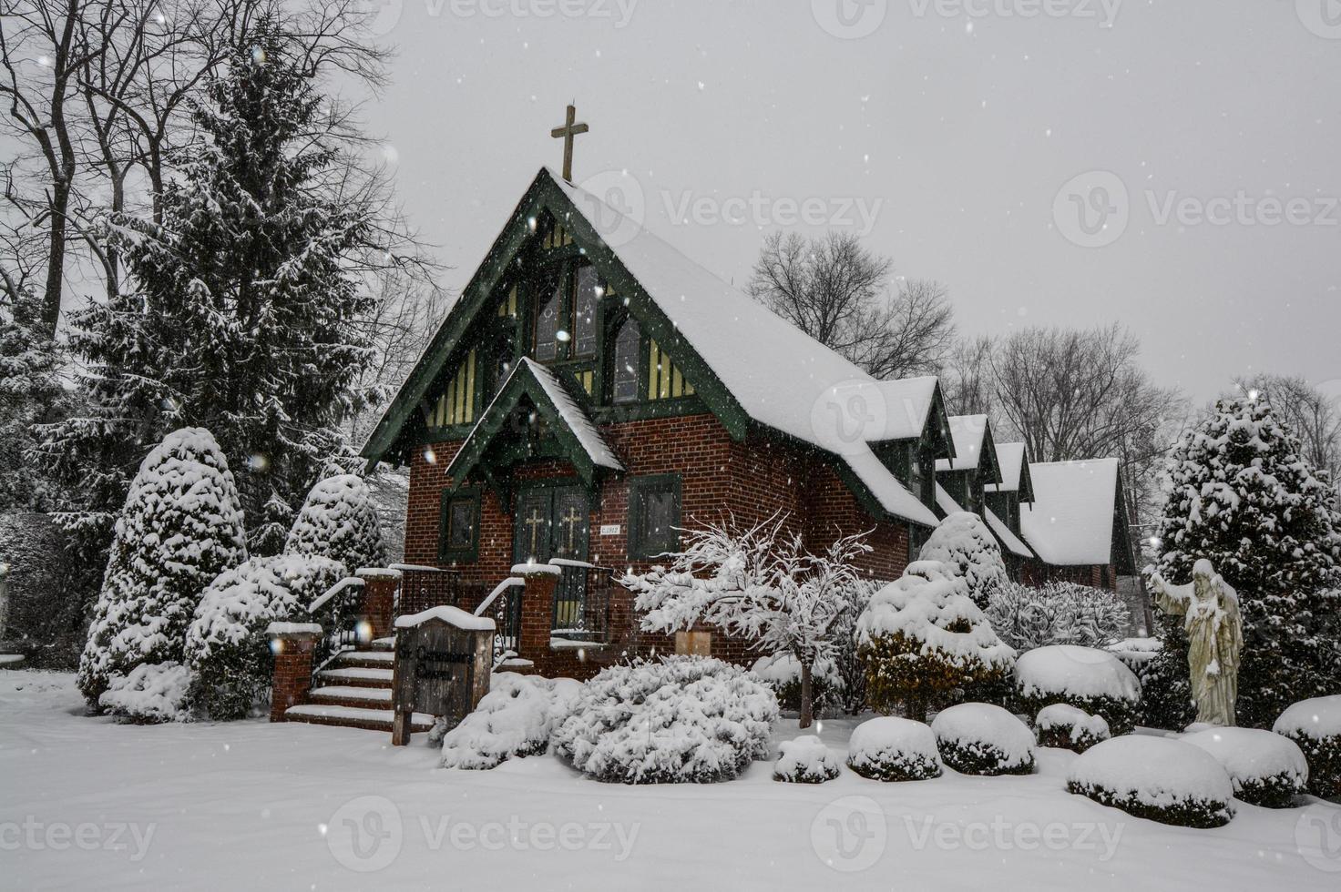 besneeuwde kapel foto
