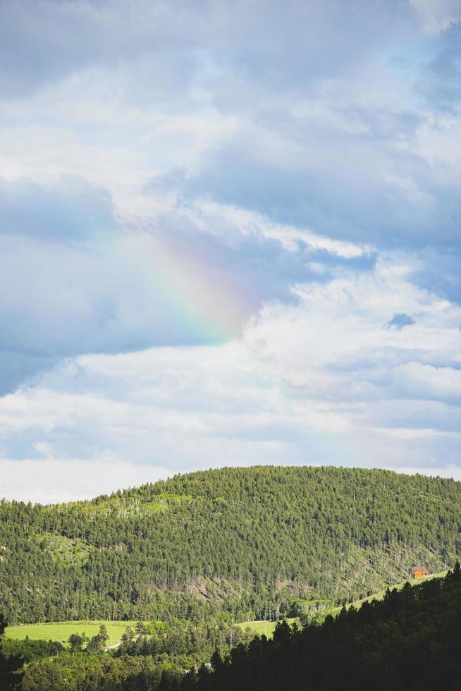 regenboog boven de heuvels foto