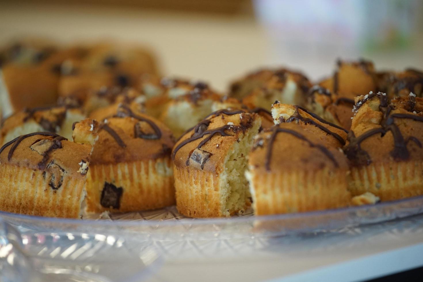 close-up van muffins op glazen dienblad foto