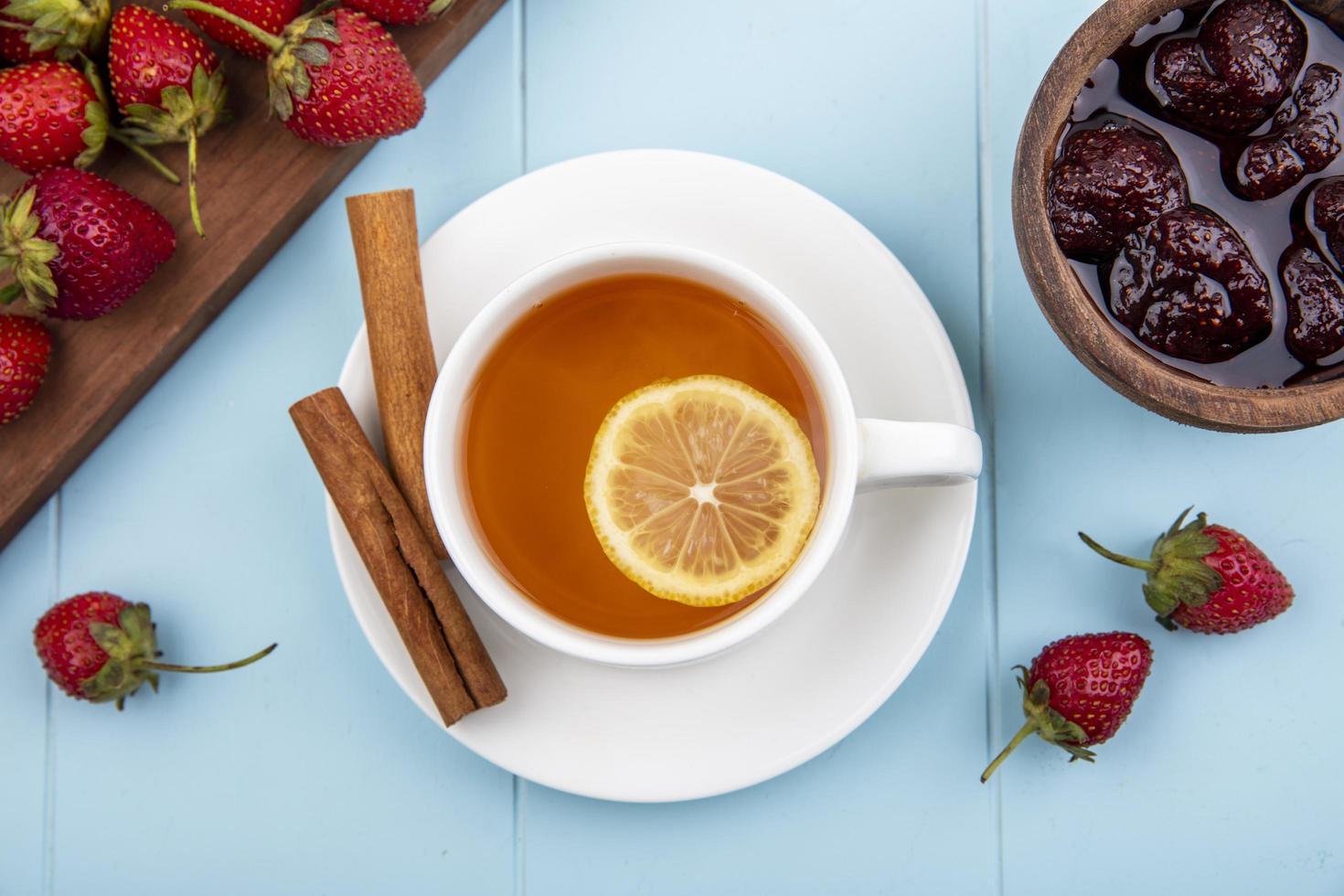 voedsel fotografie plat leggen van thee en vers fruit met kopie ruimte foto