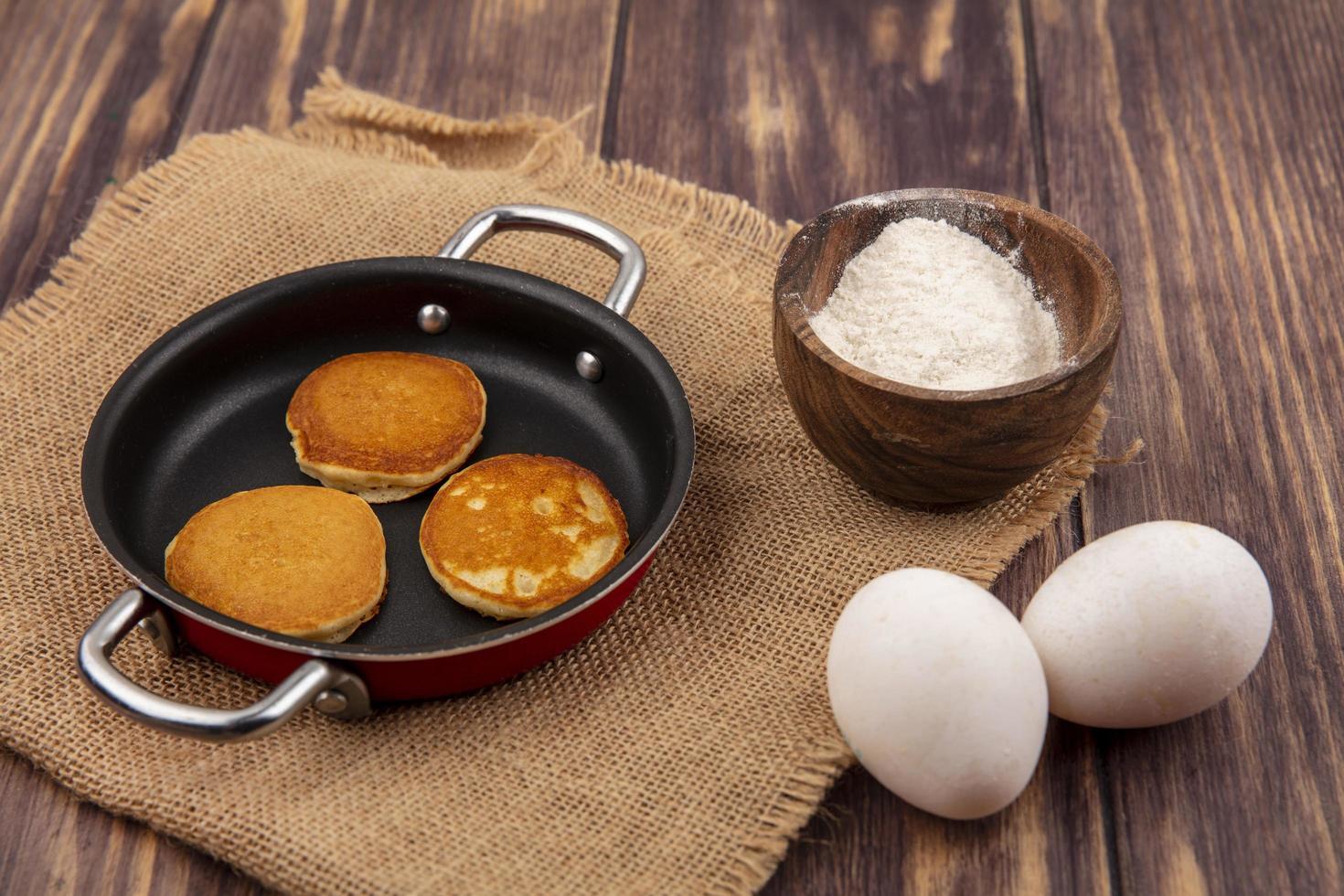verse pannenkoeken met eieren op houten achtergrond foto