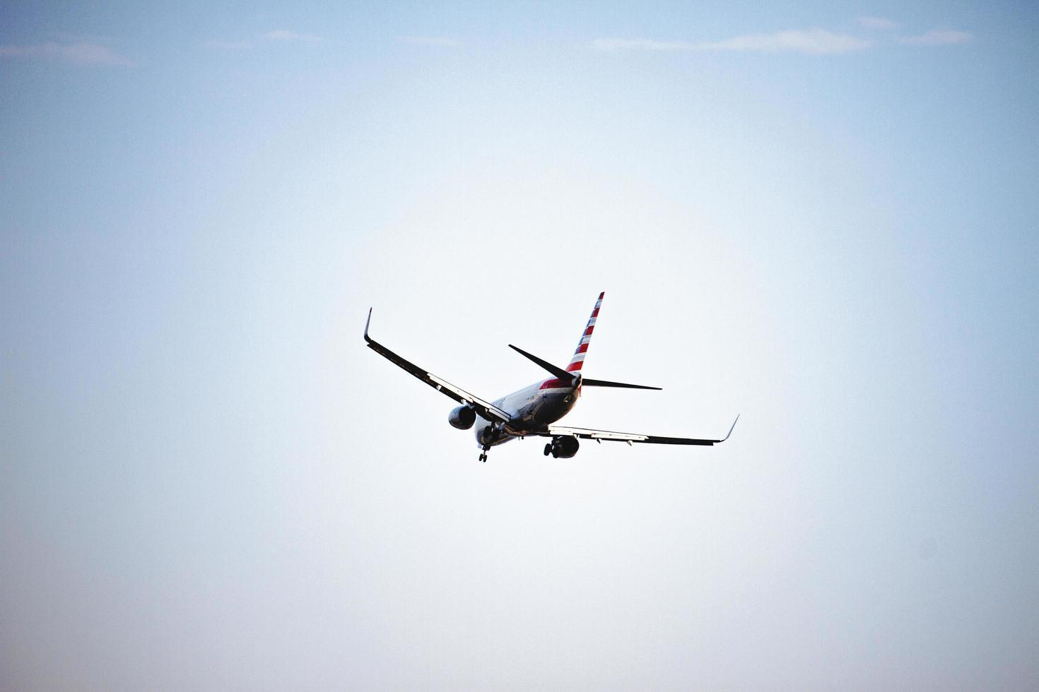 Verenigde Staten, 2020 - vliegtuig in blauwe lucht foto