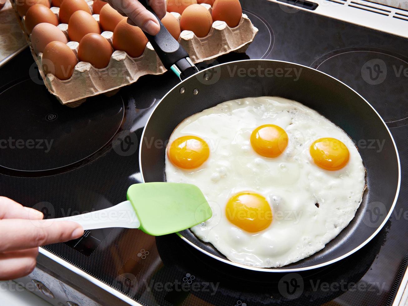 gebakken eieren close-up op keramische kookplaat foto