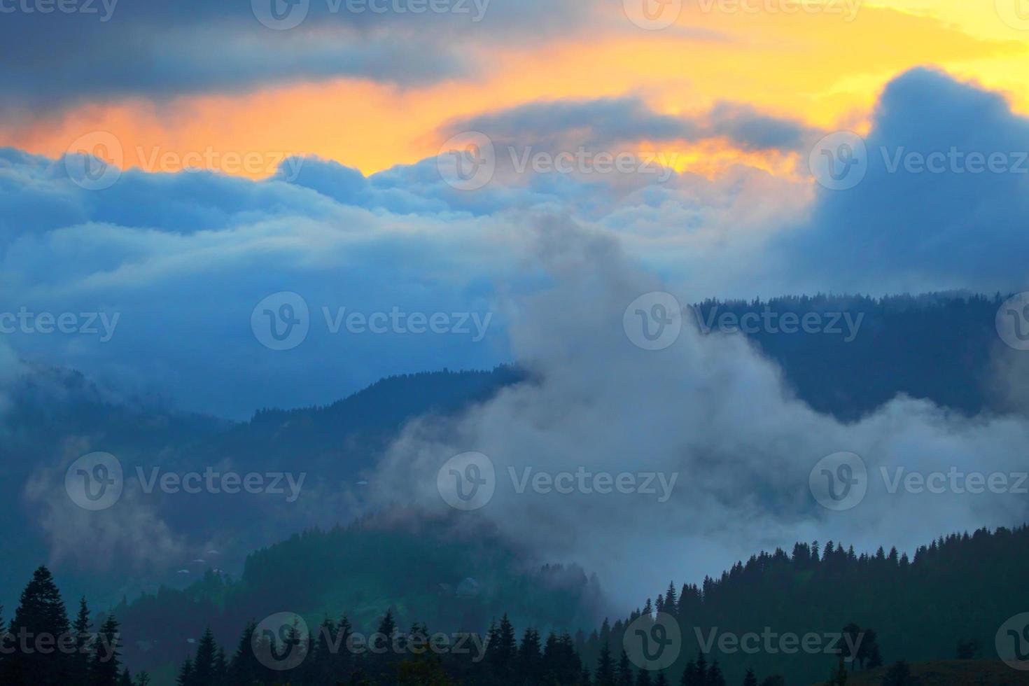 onweer en zonsondergang in de bergen. Kaukasus. Georgië foto