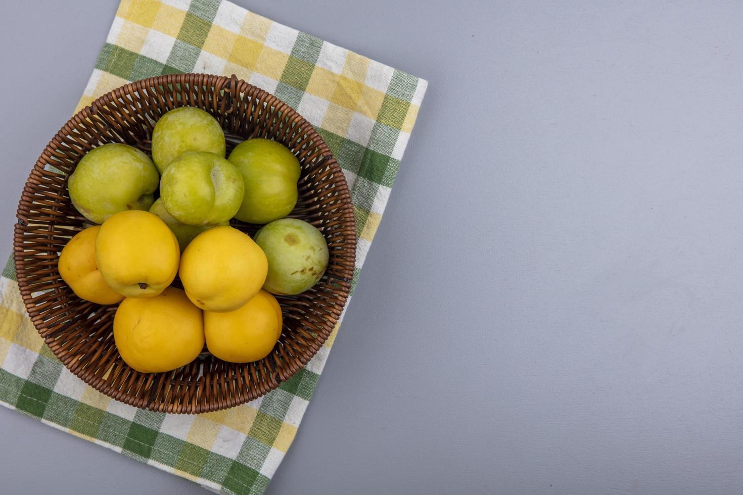 geassorteerde fruit in een mand op neutrale achtergrond foto