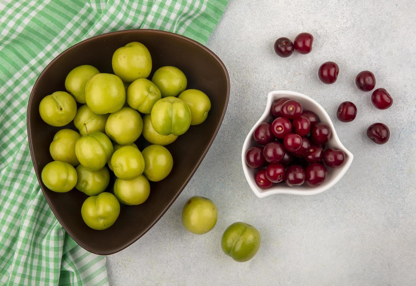 geassorteerde fruit op neutrale achtergrond met groene doek foto