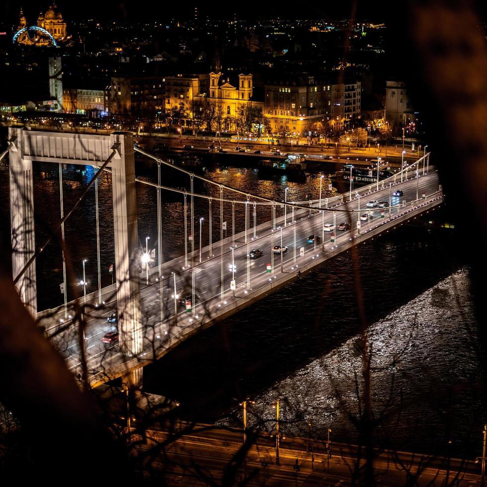 boedapest, hongarije, 2020 - luchtfoto van de Elisabethbrug 's nachts foto