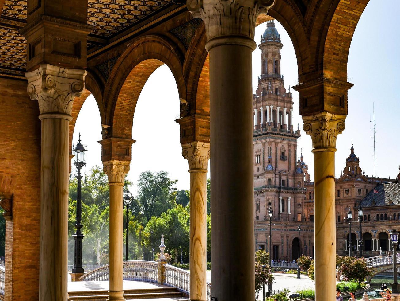 Sevilla, Spanje, 2020 - Uitzicht op een toren op het Plaza de Espana foto
